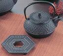 【送料無料】鉄分補給にどうぞ!南部鉄器 『 新急須 5型亀甲 セット(釜敷付) 』 岩鋳 日本製  16115