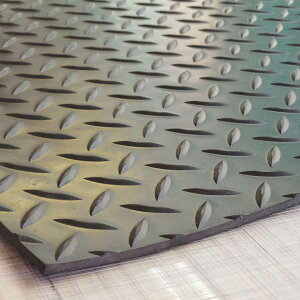 【縞板模様】てっぱんゴムシート 厚さ5mm×幅1M×長さ2.4M 黒 見た目が鉄板 工事現場でおなじみの縞板模様入り 見慣れた縞板模様が工事現場の安全対策を強調 滑り止めの注意喚起