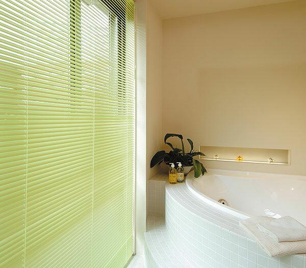 浴窓用テンションタイプ ブラインド TOSO ニューセラミー25浴窓テンションタイプ 幅101cm〜120cm×丈11cm〜80cm