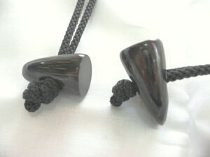 水牛角ボタン、ダッフルボタン。長さ、30m/m・角の先・一つ穴(紐穴の径6m/m)。特上黒(天然色)。1個の価格です。紐は付いていません。日本製。メール便。
