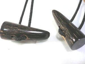 水牛角ダッフルボタン。本水牛角・長さ、55m/m・二つ穴(紐穴の径6m/m)。黒(天然色)。1個の価格です。ツヤあり・ツヤ消し(革ものに合います)を選択下さい。日本製。ゆうメール便.
