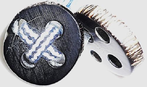 水牛の角の天然皮付きボタン。黒。直径、30m/m・厚み、6m/m・四つ穴(紐穴の径、6m/m)。ツヤ消し。最高級のニット・皮革品に最高にあいます。重厚感のあるコートに最高。