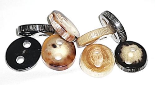 新商品。水牛の角の天然皮付きボタン。特上白黒(右端)。直径、28m/m・厚み、6m/m・二つ穴(紐穴の径、6m/m)。最高級のニット・皮革品に最高にあいます。重厚感のあるコートに最高。左より、特上黒・特上茶・特上薄茶・特上白黒