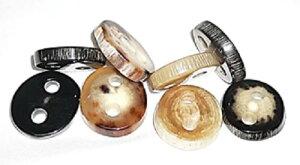 新商品。水牛の角の天然皮付きボタン。特上黒(左端)。直径、28m/m・厚み、6m/m・二つ穴(紐穴の径、6m/m)。最高級のニット・皮革品に最高にあいます。重厚感のあるコートに最高。左より