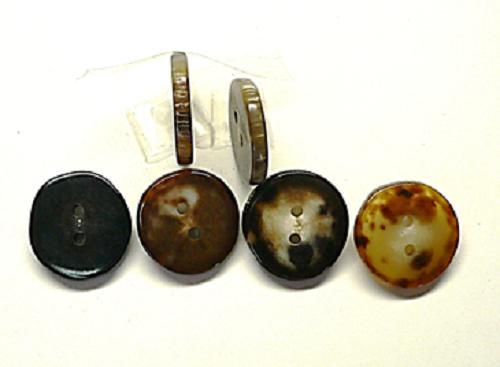 水牛の天然皮付きボタン。芯持ち・直径、28mm・厚み、4mm・二つ穴。左より、黒・茶・黒茶・薄茶。