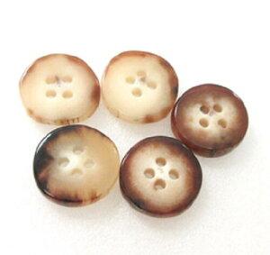 水牛角ボタン、皮付き(手作り)ボタン。直径、18m/m・芯持ち・四つ穴・本オランダ水牛角。特上薄々茶(天然色)。5個の価格です。。二つの画像は同一のものです。日本製。ゆうメール