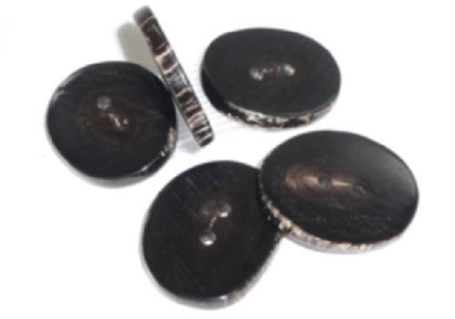水牛角ボタン、天然皮付き。直径30m/m・二つ穴・黒・芯持ち。日本製。ゆうメール便OK.