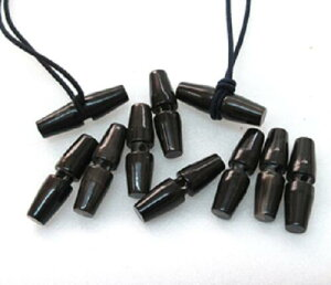 水牛角トグル(ダッフル)ボタン、槍型。長さ、30m/m・黒(天然色)・芯持ち・直径、8m/m・紐穴の径、3m/m・本水牛の角。9個+1個で7200円。NO.011027-1。日本製。メール便。
