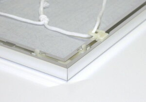 吊り下げるためのヒモも付属します。※画像はイメージです。フレームカラーやサイズはそれぞれ異なります。