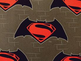 在庫処分 キャラクター生地 布 正規ライセンス品 輸入 USAコットン バットマン VS スーパーマン ジャスティスの誕生 23420106−3 ロゴ ダークグレー 商用利用不可