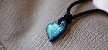 美しい翡翠のような煌きが印象的な不定形ハート型ペンダント。