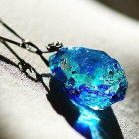 『水の誕生 〜 聖らかな水結晶 〜』 ガラスアクセサリー ネックレス・ペンダント 立体造形タイプ