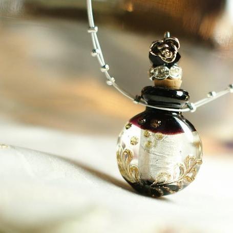 『香水瓶ペンダント / ラウンド・ブラック』 ガラスアクセサリー インポート品 ネックレス・ペンダント 立体造形タイプ