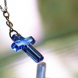 『サファイアの願い』 ガラスアクセサリー ネックレス・ペンダント クロスタイプ