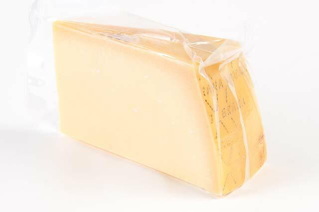 【送料無料】グラナパダーノ 約1kgカット 不定貫(1kgあたり税抜2980円)再計算 チーズ グラナ