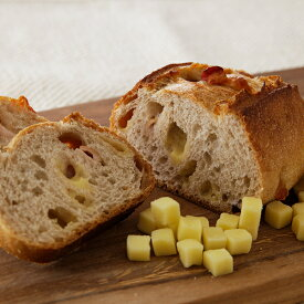 味わい深い沖縄燻製ベーコンをぎゅっと包み込んだチーズ入りライ麦パン