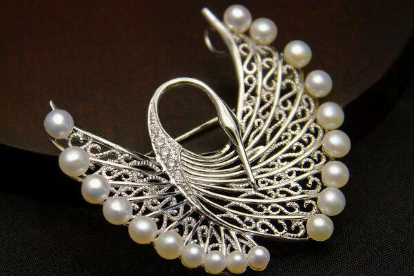 淡水真珠鶴ブローチペンダント レース細工のように繊細 翼を広げた姿が優雅です