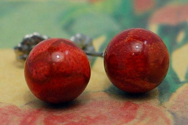 存在感抜群の大珠でピリッと効く情熱的な赤 10mm丸珠アフリカ珊瑚ピアス