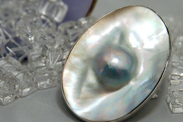 ちょっと変わったマベ 虹色の光沢が輝く マベ真珠ブローチ SDFNPS KA60