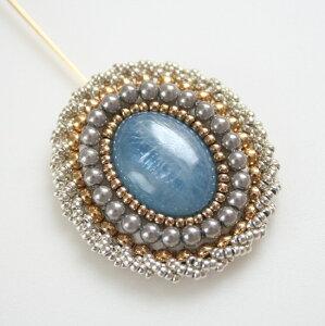 1点もの!アクアマリンのビーズ刺繍ブローチ/ピンブローチ・ハットピン/天然石アクセサリー・ハンドメイド手刺繍・宝石ブローチ・3月誕生石