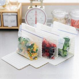 キッチン収納 フリーザーバックが縦に収納できる 冷凍庫用 スッキリ収納スタンド(クリップ付) 3個セット ( 整理整頓 お片づけ 冷凍庫収納 冷凍室収納 冷凍室整理 冷凍庫整理 冷凍庫スタンド 冷凍室スタンド キッチン用品 )