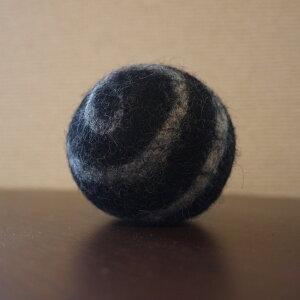 ●necocoon(ネコクーン) フェルトボール ボールブラック×ホワイトうずまき