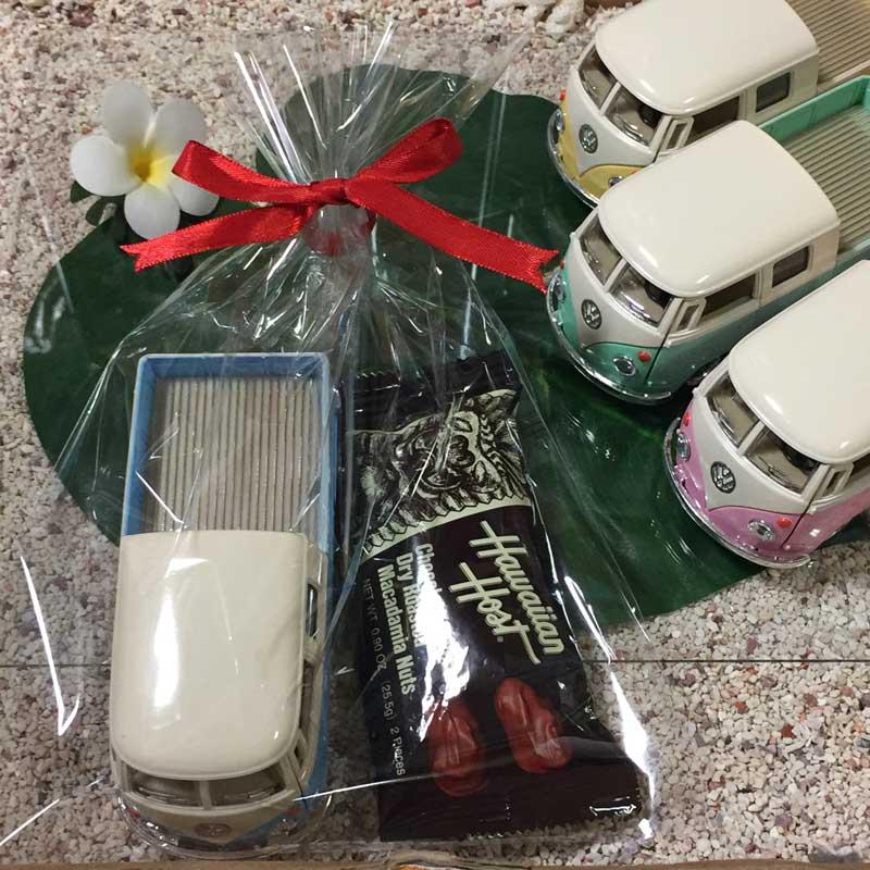 バレンタインギフト フォルクスワーゲンミニカー×チョコバーセット/ハワイアンホースト チョコレート 1963 VW Bus Double Cab Pickup Pastel Color 1/34 【RCP】