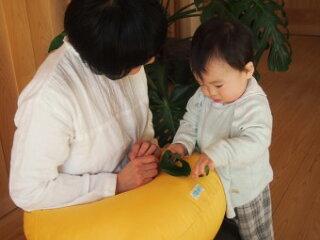 授乳クッション無地イエローフラ正座器、あぐら用クッションと併用でさらにラクチン授乳!【楽ギフ_包装選択】