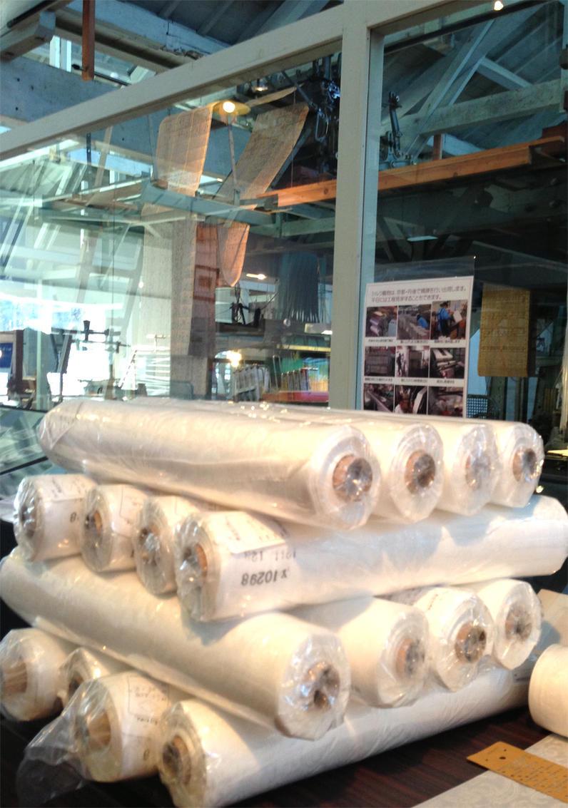 草木染やそのまま白で使えます。シルクサテン(ペイズリー織柄)の白生地反物です。size 45cm幅×30m巻きのスカーフ向き生地。丹後ちりめん歴史館で織っています。 【登録商標・丹後ちりめん】