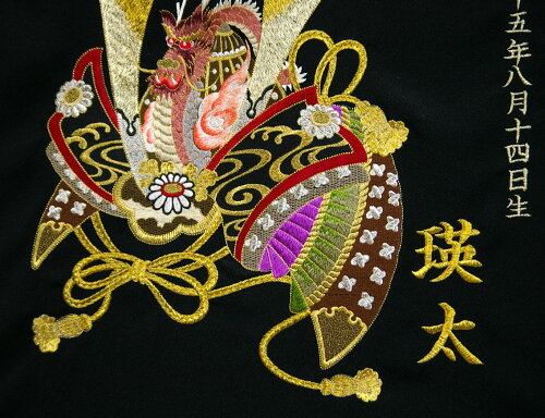 丹後、駒糸刺繍の初節句タペストリー。柄:兜(かぶと)、ちりめんシボ生地寸法:50cm×50cm名前旗壁掛け命名旗名入れタペストリー丹後製ポリエステルちりめん生地使用。日本製。画像とは刺繍糸の配色が異なる場合がございます。