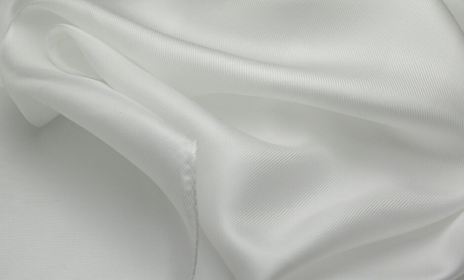 卸し値販売【草木染用】白スカーフシルク100%、12匁フランス綾織りの縫製済み白スカーフ大判のsize110cm×110cmしなやかで肌触りのよい生地。日本製/silk100%/あかすり/保湿/美容シルク/お化粧タオル/枕カバー可