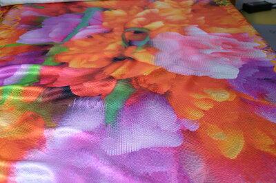 オリジナルシルクスカーフの製作をいたします。デジタルデザインをCDで送付ください。100cm×100cmなどご希望サイズに仕上げるデジタル染色サービスですシルクサテン16匁生地を使います。