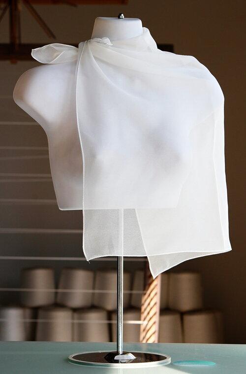 卸し値販売【草木染に使えます】絹100%8匁のシルクシフォン縫製済み白スカーフ四角のプチサイズネックスカーフ56cm×56cm北陸製の上質白生地を使用しました。シルクは初心者でも簡単に染められます/日本製/丹後ちりめん歴史館/