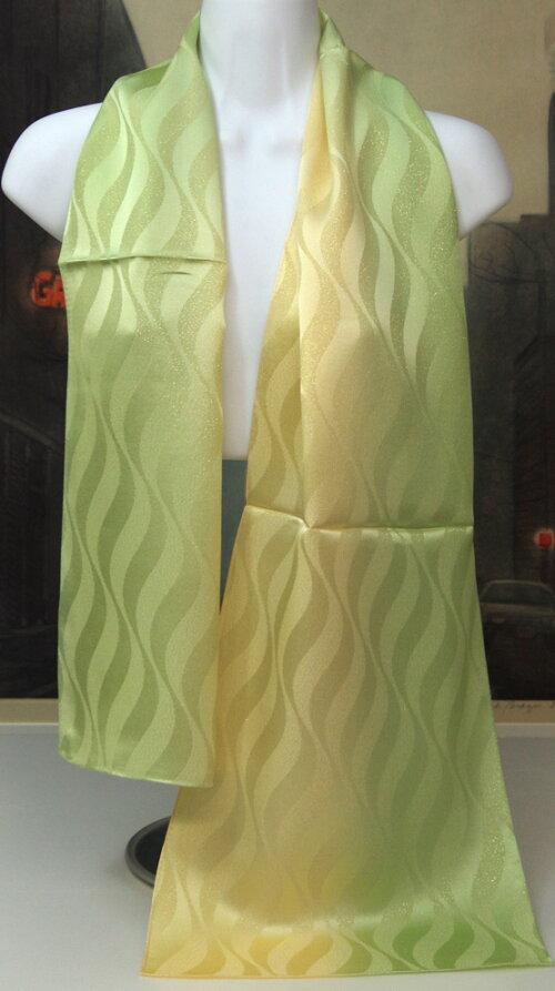 魅惑の色彩、絹彩の美【登録商標・丹後ちりめん】女性へのギフト推薦1点物の友禅手ぼかし染色品帯揚げ兼用金糸入りシルクロングスカーフ金糸入り正絹,28cmx148cmギフトケースに入れてお届けします。カラー:グリーンからクリームイエロー