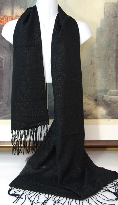 暖かい秋冬ロングストール(素材:化繊)バサッと羽織れる超大判ロングショール。160cm×62cmサイズ,化繊100%の商品です。ラメ入りのブラック