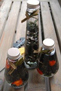 ハーバリウム・ブラック・オレンジ*ガラスボトルの中で、お花や実物が揺らめいているハーバリウム。ハロウィンバージョンのブラック・オレンジ登場。/ハロウィン/花電報/誕生日/キッチ