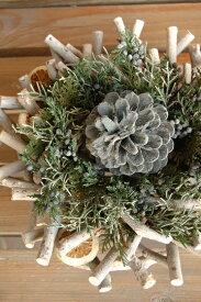 ブルージュニパー*組み込んだ小枝に常緑樹で飾り付けた立体感のあるリースです。奥行きがあるので、キャンドルやハーバリウムと組み合わせて飾っても素敵です。/新築祝い/誕生日/内祝/結婚祝/ギフト/お祝い/花電報/プリザーブドフラワー/楽屋見舞い/退職/クリスマス/リース
