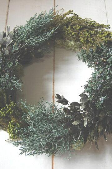 フォレストリース*コニファーリース 常緑樹のコニファーを使って、癒しのグリーンリースに仕上げました。水やりの心配や成長のお手入れが入らず、グリーンリースが楽しめます。 開店祝い 開院祝い 新築祝い 記念日 退職祝い 贈呈