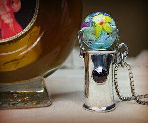 K&D 万華鏡 カレイドスコープ 天然石 シルバー925 ネックレス ペンダント ガーネットベネチアングラス ユニセックス 中央の宝石は5mm×5mmの存在感のあるガーネット。ベネチアンガラスは青、