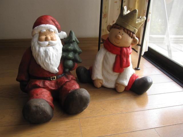 送料無料  わいわい サンタと少年の置物 サンタの置物