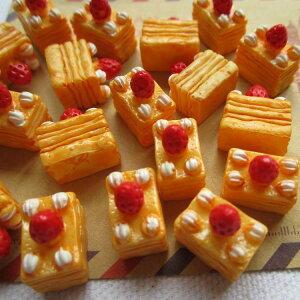 イチゴのショートケーキアクリルパーツ/1個販売 食玩 おもしろ ユニーク 面白い 個性的 ピアス パーツ プラスチック イヤリング 貼り付け マグネットピアス チャーム ストラップ 食品サンプ