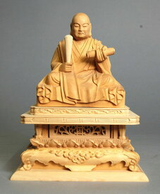 日蓮聖人坐像 つげ材 木地仕上げ身丈2寸総高14cm 巾11cm 奥行7.5cm