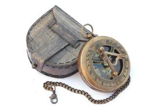 真鍮製 日時計 コンパス 真ちゅう ポータブル サンダイアル Neovivid Brass Sundial Compass With Chain & Leather Case - Marine Nautical - Sun Clock - Steampunk Accessory 【並行輸入品】