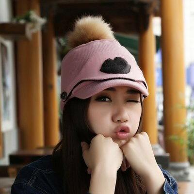 ニット帽 ジョッキー風 大きめポンポン 口唇のマスク付き (ピンク)