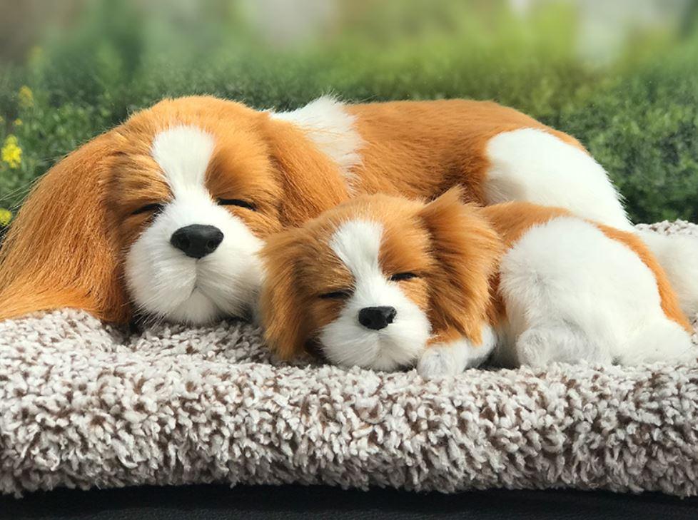 置物 マットの上で眠るリアルな犬の親子 ワンちゃん ふわふわ (キャバリア)