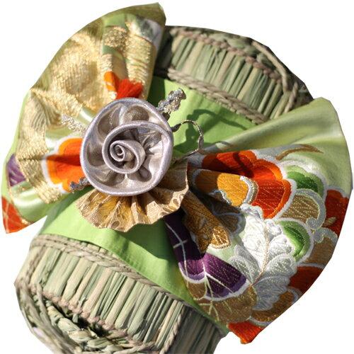 米俵の上に着物の飾りを付けられます