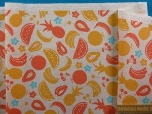 綿プリントオックス生地パイナップル/バナナ/サクランボオフ白×オレンジ系(110cm幅 2m)