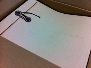 角2封筒 ひも付・クラフト100g/m2 100枚 ひもが付いたタイプです