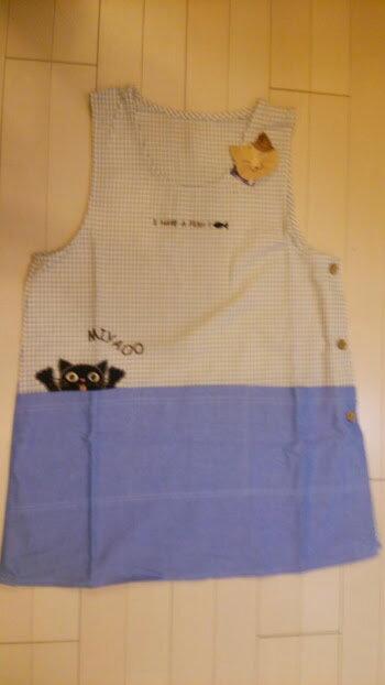 ~~おしゃれな********エプロン☆黒猫にゃ!!・・・アップリケが可愛らしい♪ エプロン(ネコ)ブルー~~☆コットン☆~~大人気!! 着丈 74cm