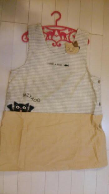 ~~おしゃれな********エプロン☆黒猫にゃ!!・・・アップリケが可愛らしい♪ エプロン(ネコ)ベージュ~~☆コットン☆~~大人気!! 着丈 74cm